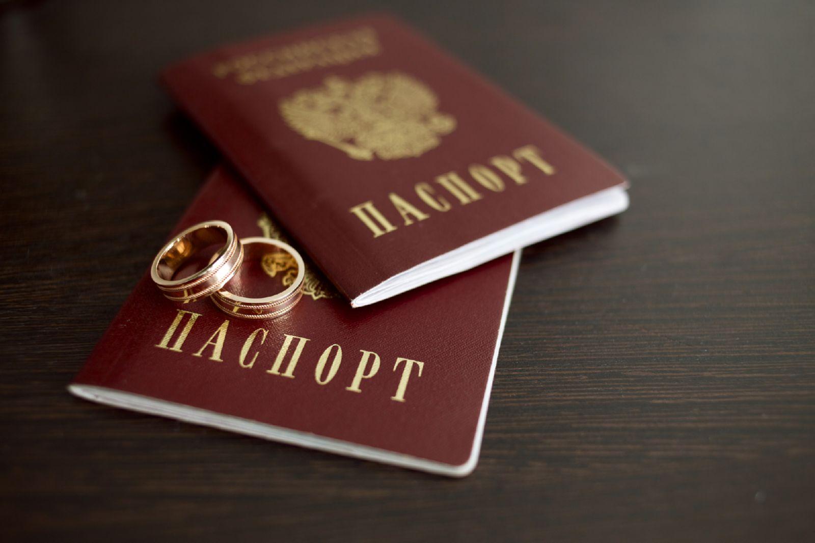 А нужно ли сейчас менять загранпаспорт при смене фамилии?