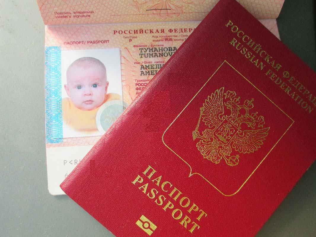 С какого возраста ребенку нужен загранпаспорт: ответ внутри